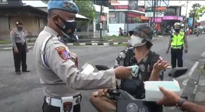 https: img.okezone.com content 2021 02 04 244 2356265 ketika-bule-menolak-masker-gratis-yang-diberikan-petugas-di-bali-yLDslKmVL6.png