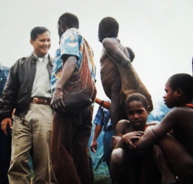 https: img.okezone.com content 2021 02 04 337 2356509 prabowo-pamer-foto-bersama-masyarakat-papua-saat-abu-janda-diperiksa-rasisme-pigai-toIoaWnHea.jpg