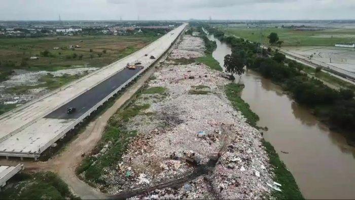 https: img.okezone.com content 2021 02 04 338 2356416 sampah-menumpuk-di-bekasi-panjangnya-hingga-1-km-uSRMNKDIBR.jpg