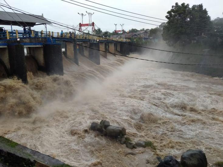 https: img.okezone.com content 2021 02 04 338 2356596 bogor-hujan-deras-bendung-katulampa-siaga-3-EzCiHWeKfI.jpg