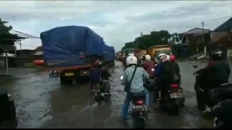 Pasuruan Banjir Bandang 2 Rumah Hilang Terseret Arus Dan Jalur Pantura Lumpuh Total Okezone News