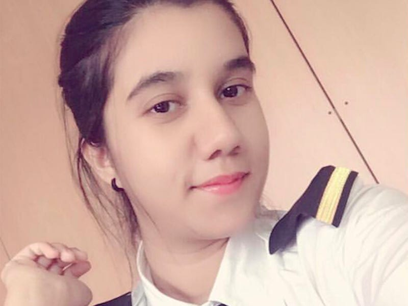 https: img.okezone.com content 2021 02 04 406 2356333 cantiknya-ayesha-aziz-perempuan-muslim-yang-jadi-pilot-termuda-XgLGYMbiTH.jpg