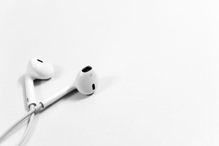 https: img.okezone.com content 2021 02 04 481 2356330 7-dampak-buruk-penggunaan-earphone-secara-berlebihan-UMTHKpX7uV.jpg