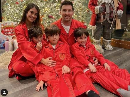 Hasil gambar untuk messi bersama antonela dan ketiga anak mereka