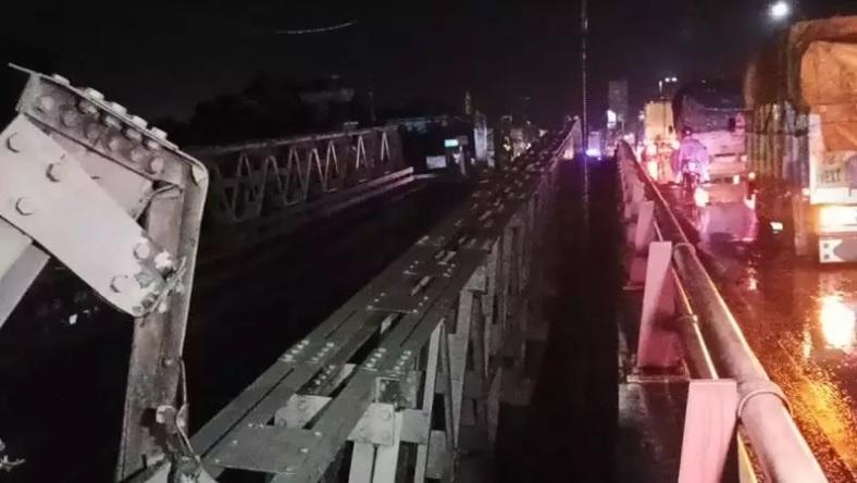 https: img.okezone.com content 2021 02 04 512 2356736 jembatan-di-perbatasan-pekalongan-pemalang-ambes-jalur-pantura-macet-2-km-1WODfiuxjC.jpg