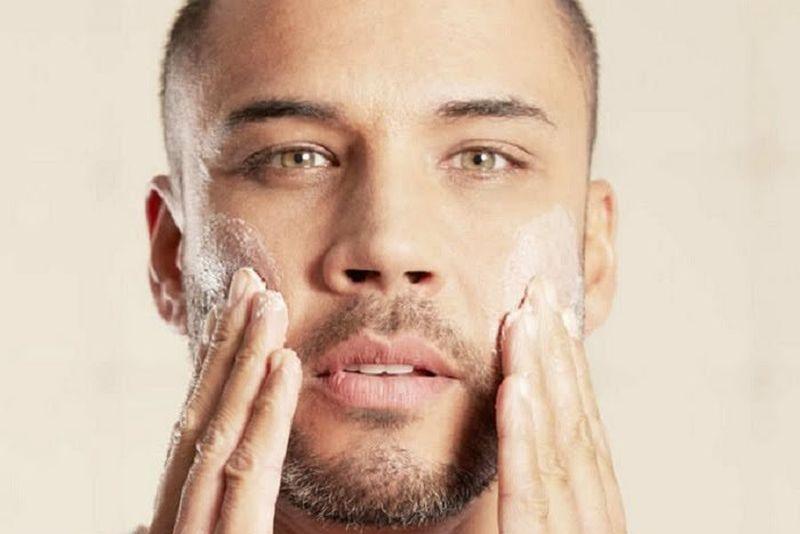 https: img.okezone.com content 2021 02 04 611 2356466 pilih-skincare-pria-yang-cocok-untuk-kulit-jangan-bingung-guys-PtrDGvQlVy.jpg