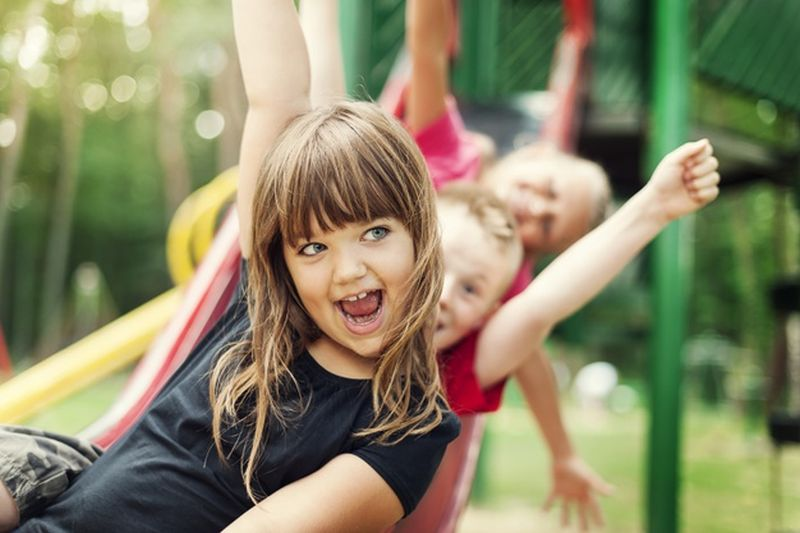 https: img.okezone.com content 2021 02 04 612 2356476 keuntungan-ajak-anak-main-ke-playground-nih-bund-cYxZPlKwQf.jpg