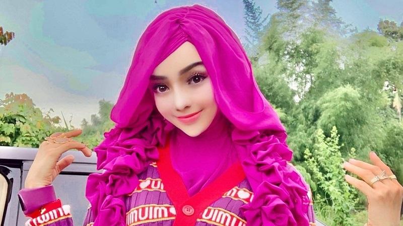 https: img.okezone.com content 2021 02 05 194 2356910 5-gaya-nyentrik-yuni-yasmin-pns-viral-mirip-boneka-barbie-CcUoulXDa2.jpg