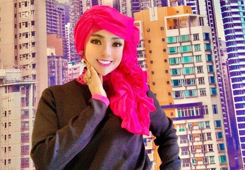 https: img.okezone.com content 2021 02 05 194 2357318 pesona-kecantikan-yuni-yasmine-pns-berhijab-yang-mirip-barbie-IaxI28Kp0R.jpg