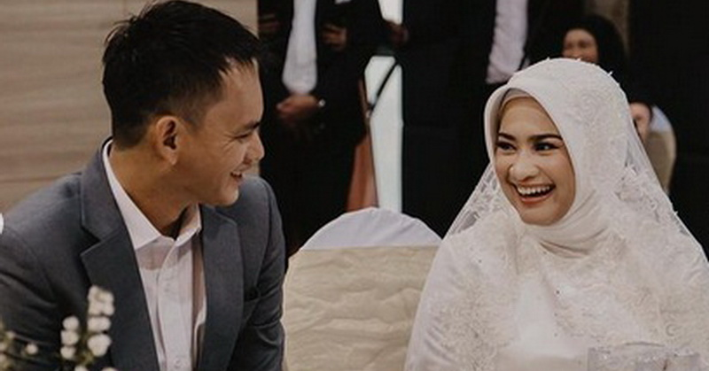 https: img.okezone.com content 2021 02 05 33 2357284 ikke-nurjanah-lepas-status-janda-pernikahan-dihadiri-sang-putri-S70pDKY0dP.jpg