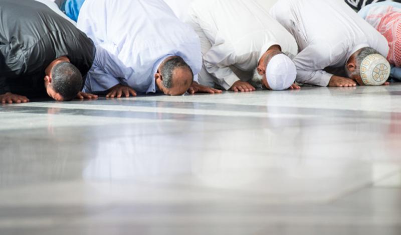 https: img.okezone.com content 2021 02 05 330 2357002 eneladani-cara-nabi-muhammad-menjalankan-sholat-jumat-berjamaah-1acVBzcTME.jpg