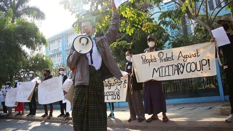 https: img.okezone.com content 2021 02 06 18 2357449 kudeta-militer-myanmar-dosen-dan-mahasiswa-gelar-demonstrasi-ebRDwMO0gG.jpg