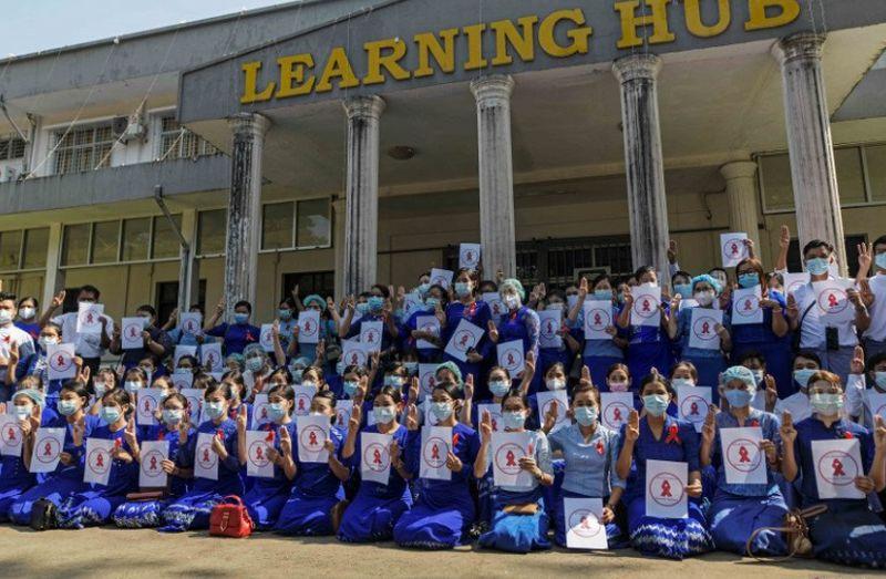 https: img.okezone.com content 2021 02 06 18 2357791 protes-kudeta-ribuan-orang-di-myanmar-turun-ke-jalan-YBvbesH1m7.jpg