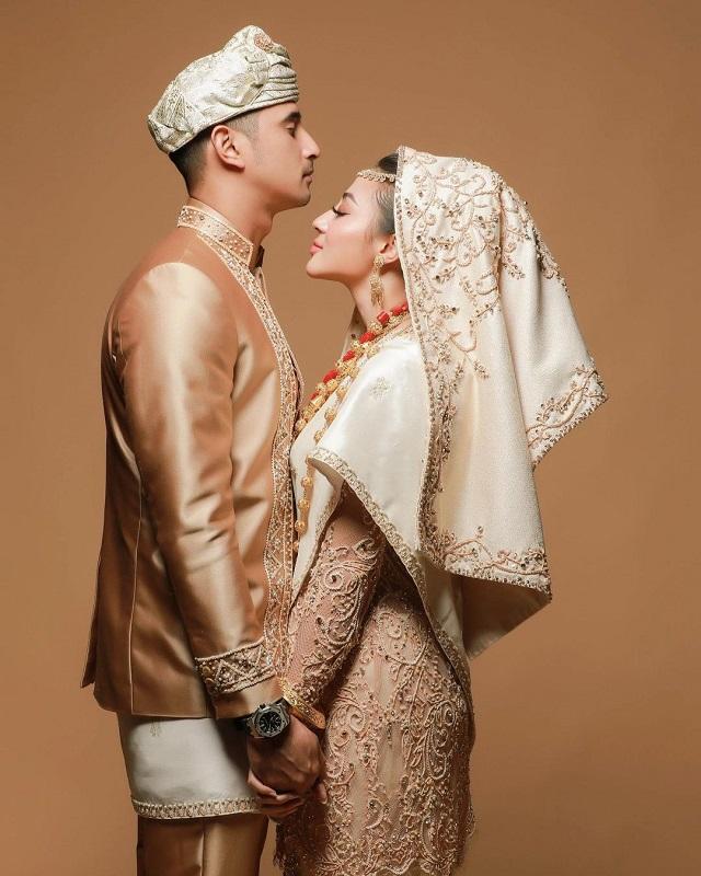 https: img.okezone.com content 2021 02 06 33 2357733 bahagianya-margin-wieheerm-mimpi-menikah-dengan-ali-syakieb-jadi-kenyataan-Xkzm18Yhtn.jpg