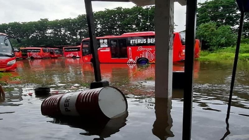 https: img.okezone.com content 2021 02 06 338 2357634 semarang-dikepung-banjir-ramai-dibahas-warganet-salahkan-anies-lqG2yMVORp.jpg