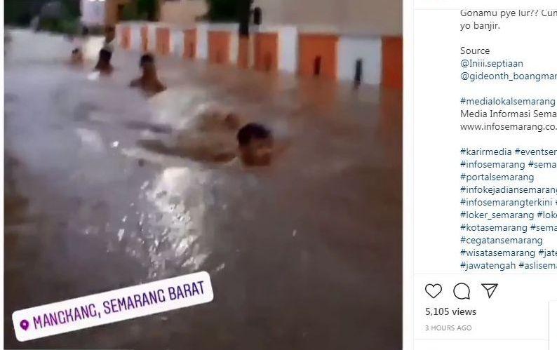 https: img.okezone.com content 2021 02 06 512 2357517 semarang-banjir-pria-ini-malah-asyik-berenang-hrjgTQB5iS.jpg