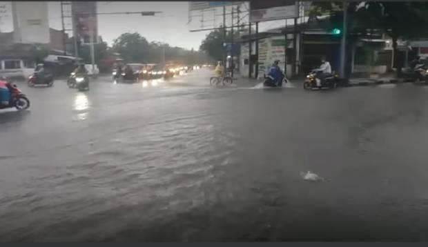 https: img.okezone.com content 2021 02 06 512 2357531 semarang-dikepung-banjir-ketinggian-air-capai-pinggang-orang-dewasa-FNAZC5ucC3.jpg