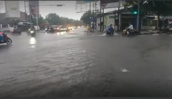 https: img.okezone.com content 2021 02 06 512 2357538 banjir-semarang-di-tengah-imbauan-jateng-di-rumah-saja-RukuxlwPT3.jpg
