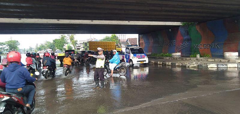 https: img.okezone.com content 2021 02 06 512 2357545 foto-foto-banjir-semarang-polisi-bantu-tukang-becak-gendong-anak-ZVRGXM5WiW.jpg