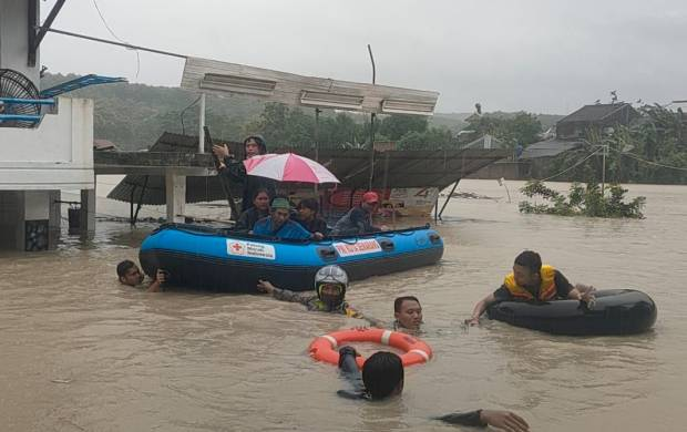https: img.okezone.com content 2021 02 06 512 2357558 semarang-banjir-perumahan-mangkang-raya-terendam-hampir-2-meter-riASNGlEs0.jpg