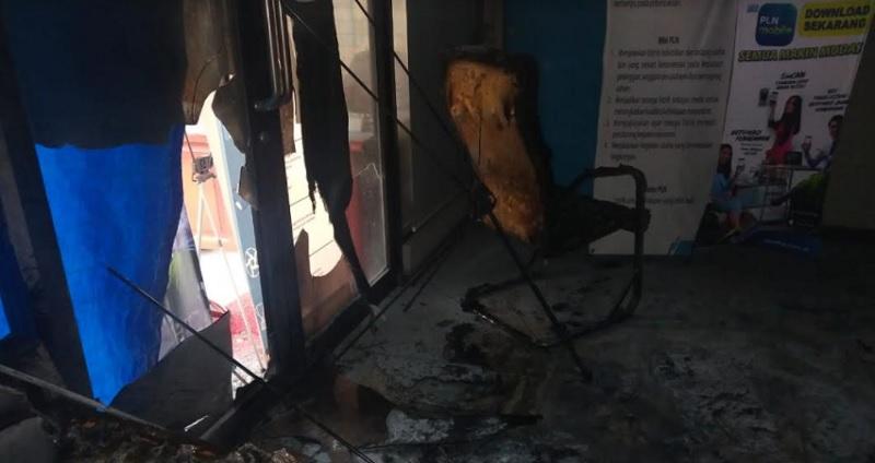 https: img.okezone.com content 2021 02 06 608 2357732 kantor-pln-dibakar-orang-tak-dikenal-mDjLGYpzdN.jpg