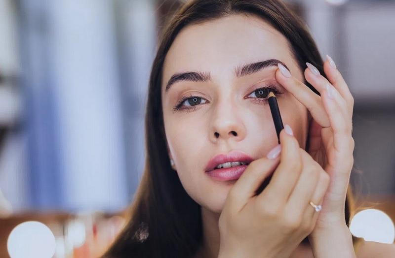 https: img.okezone.com content 2021 02 06 611 2357686 pakai-masker-ini-do-don-t-saat-gunakan-eyeliner-agar-mata-tetap-cantik-LDSOKUVvnk.jpg