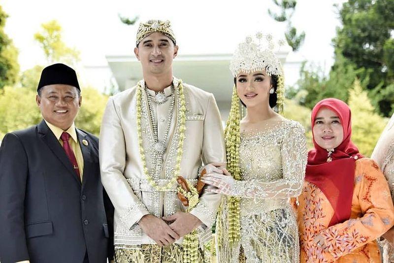https: img.okezone.com content 2021 02 06 612 2357689 ali-syakieb-dan-margin-winaya-menikah-romansa-keduanya-bikin-iri-cBHqa2wEX5.jpg