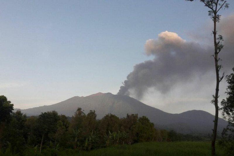 https: img.okezone.com content 2021 02 07 320 2358114 bandara-banyuwangi-ditutup-sementara-akibat-erupsi-gunung-raung-OjpCAELCYK.jpg