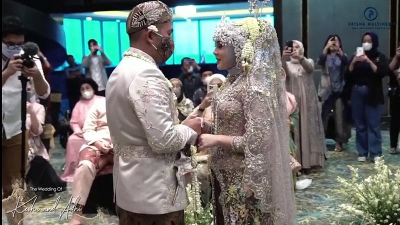 https: img.okezone.com content 2021 02 07 33 2358026 sah-kesha-ratuliu-dan-adhi-permana-resmi-menikah-fZFDbyCCfi.jpg
