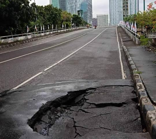 https: img.okezone.com content 2021 02 07 338 2357925 diguyur-hujan-deras-jalan-jembatan-menteng-menuju-rasuda-said-amblas-m7R7MHCDt0.jfif