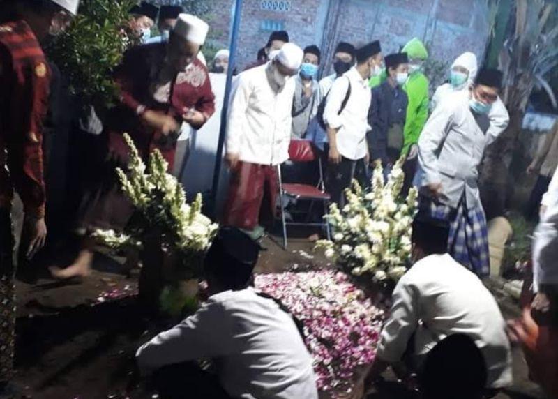 https: img.okezone.com content 2021 02 07 510 2357833 jenazah-kh-atabik-ali-dimakamkan-di-makam-keluarga-dongkelan-765Np5GvYO.jpg