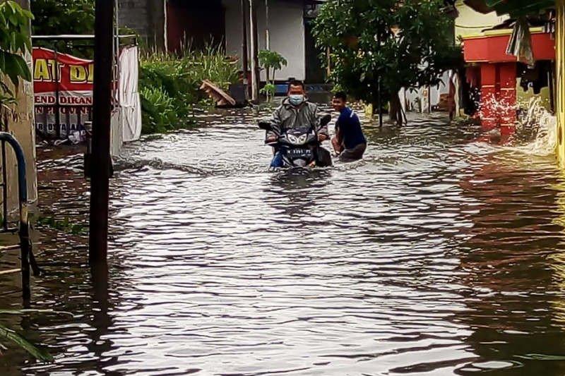 https: img.okezone.com content 2021 02 07 512 2357992 berikut-wilayah-di-semarang-yang-masih-tergenang-banjir-dzezouUrgz.jpg