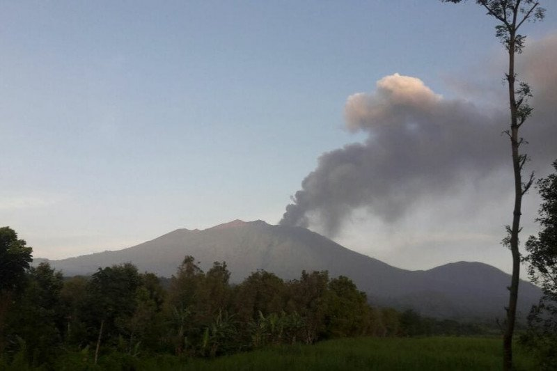 https: img.okezone.com content 2021 02 07 519 2358075 gunung-raung-erupsi-kabupaten-banyuwangi-mulai-dihujani-abu-vulkanik-UGnV2Q9fBS.jpg