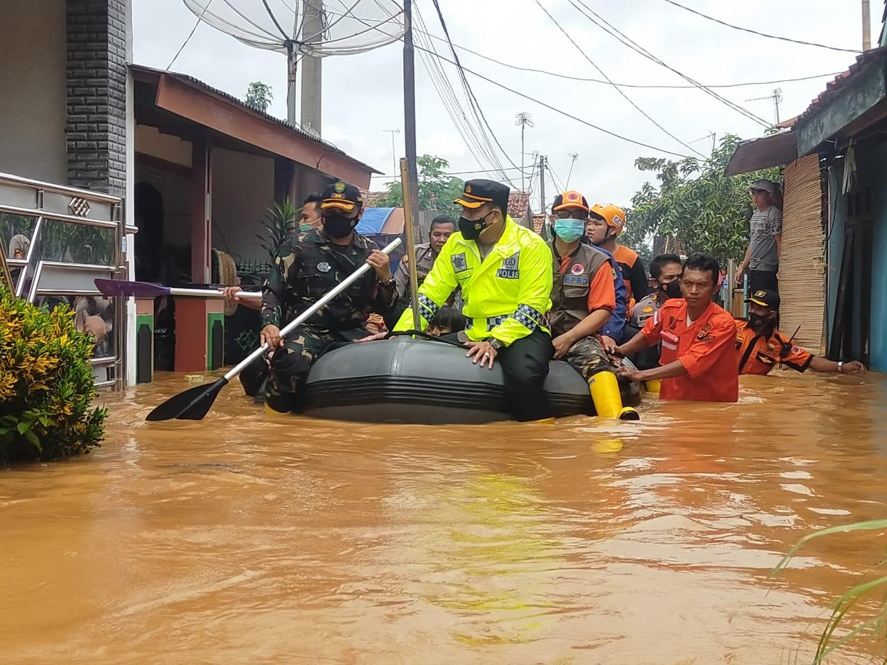 https: img.okezone.com content 2021 02 07 525 2358076 13-desa-dan-7-kecamatan-terendam-banjir-di-karawang-ribuan-warga-mengungsi-DWC0r345O2.jpg