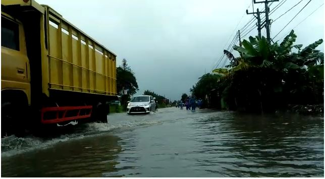https: img.okezone.com content 2021 02 07 525 2358095 banjir-genangi-jalur-majalengka-indramayu-lalin-tersendat-lBCFIpvnf6.JPG