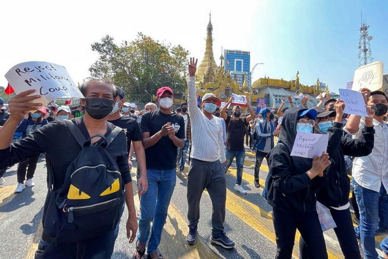 https: img.okezone.com content 2021 02 08 18 2358437 demonstrasi-anti-kudeta-myanmar-masuki-hari-ketiga-pekerja-lakukan-pemogokan-nasional-iHT50q3OTS.jpg