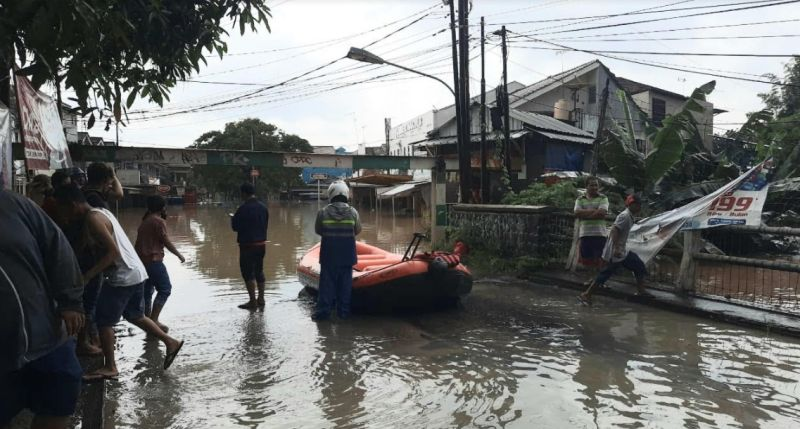 https: img.okezone.com content 2021 02 08 338 2358516 kali-bekasi-siaga-i-sejumlah-perumahan-mulai-terendam-banjir-MQ2EKj2QK7.jpg