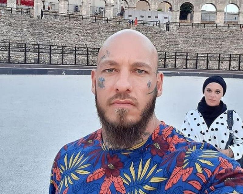 https: img.okezone.com content 2021 02 08 43 2358757 jadi-mualaf-wilhelm-ott-cerita-soal-istrinya-yang-bangga-kenakan-jilbab-xDmmeN9QFK.jpg