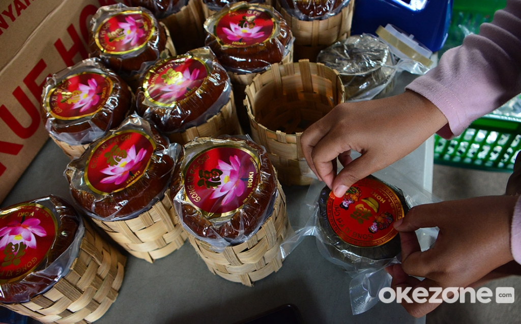 https: img.okezone.com content 2021 02 08 455 2358797 siasat-penjual-kue-keranjang-khas-imlek-dagang-online-demi-cuan-tOr0OS9btI.jpg