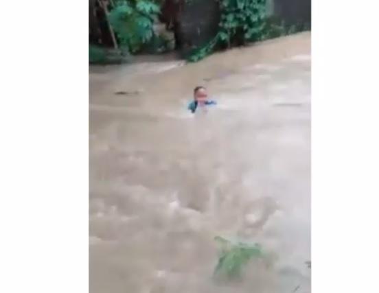 https: img.okezone.com content 2021 02 08 525 2358473 viral-detik-detik-bocah-terseret-arus-banjir-terekam-kamera-YpITpUy39k.JPG