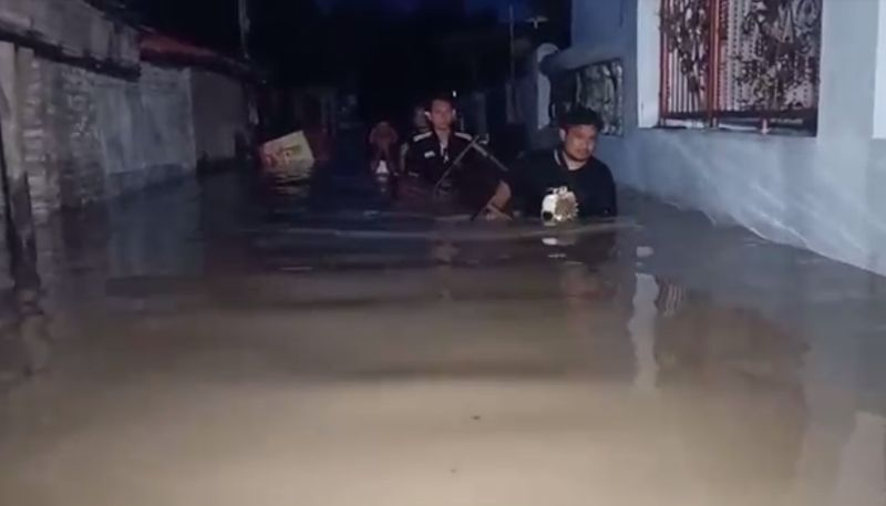 https: img.okezone.com content 2021 02 08 525 2358775 banjir-rendam-18-kecamatan-di-indramayu-warga-pilih-bertahan-di-rumah-p0hHkk1C6z.jpg