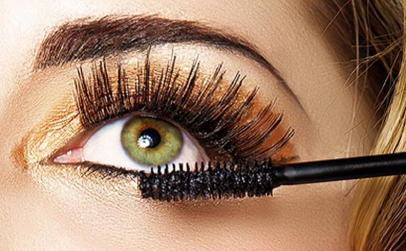 https: img.okezone.com content 2021 02 08 611 2358557 beautypedia-tips-touch-up-maskara-agar-makeup-kembali-cetar-gTk5hYYnFZ.jpg