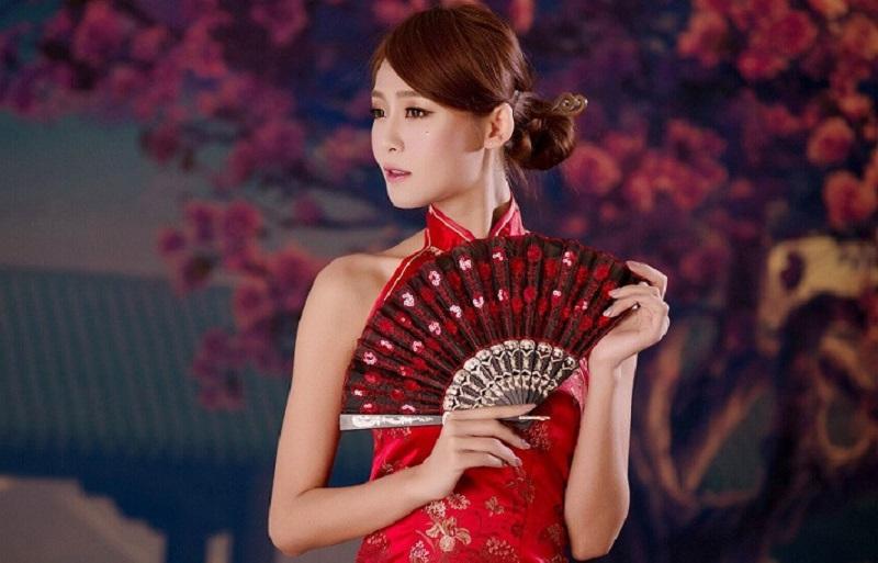 https: img.okezone.com content 2021 02 09 194 2359410 menilik-sejarah-baju-cheongsam-cermin-emansipasi-dan-kebangkitan-perempuan-china-lSwez6qQxK.jpg