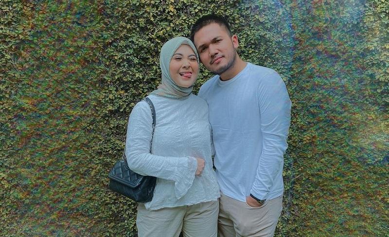 https: img.okezone.com content 2021 02 09 33 2359260 resmi-menikah-kesha-ratuliu-bongkar-malam-pertama-dengan-adhi-permana-Svi97WwMqN.jpg