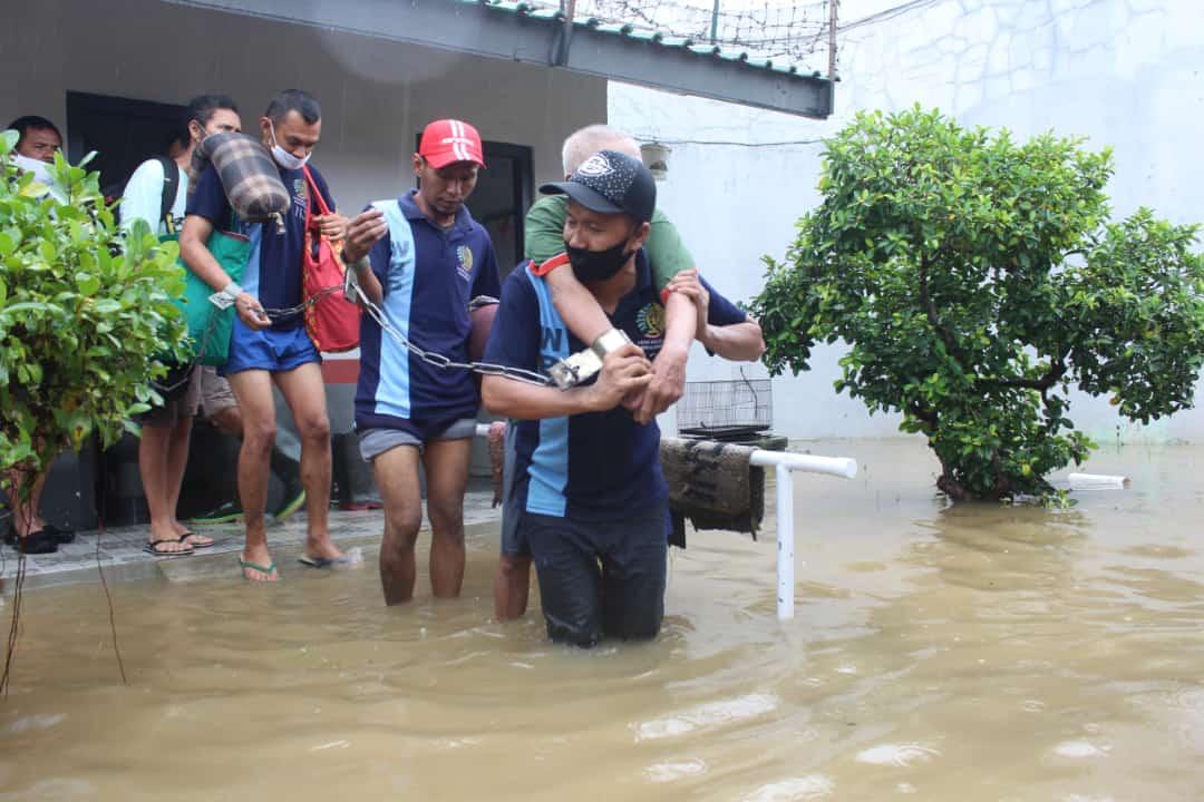 https: img.okezone.com content 2021 02 09 512 2358901 lapas-pekalongan-kebanjiran-150-napi-dievakuasi-4qG19sP3dA.jpg