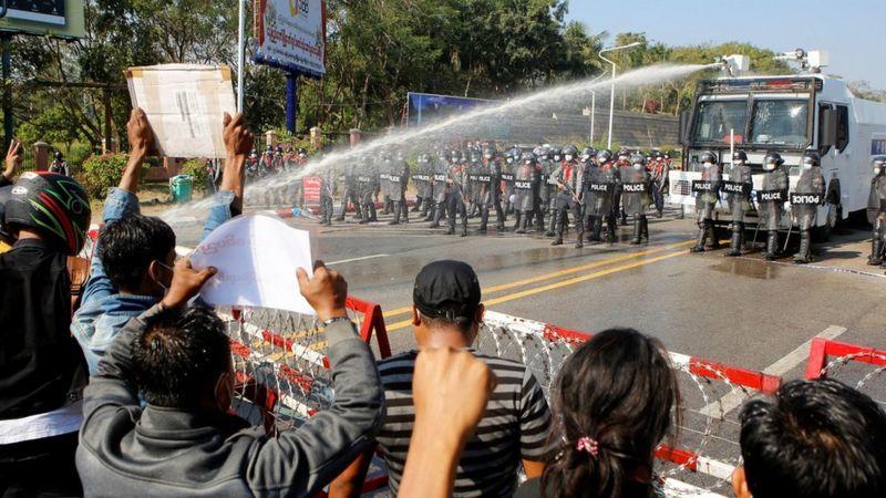 https: img.okezone.com content 2021 02 10 18 2359531 demo-kudeta-myanmar-polisi-tembakkan-peluru-karet-dan-meriam-air-dua-terluka-eDl6FGDki8.jpg