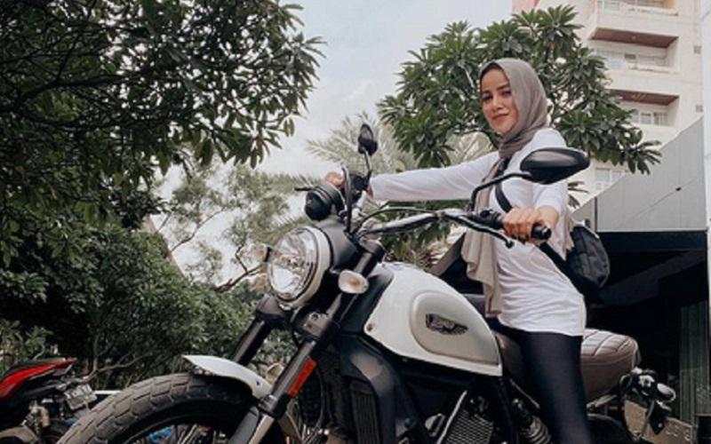 https: img.okezone.com content 2021 02 10 194 2359987 intip-gaya-olla-ramlan-jadi-lady-bikers-netizen-keren-banget-TVKSAGtSDx.jpg