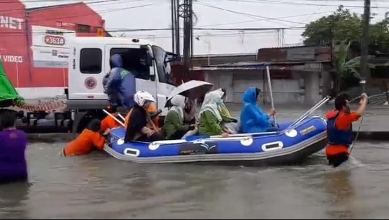 https: img.okezone.com content 2021 02 10 512 2359611 kecapekan-tembus-banjir-di-jalur-pantura-semarang-warga-batal-ke-rumah-sakit-POgQvagiIC.jpg