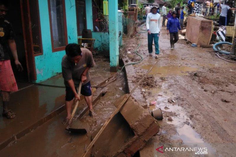 https: img.okezone.com content 2021 02 10 525 2359478 puluhan-rumah-di-kecamatan-banjarwangi-terancam-bahaya-longsor-fJ4q9IOuZh.jpg