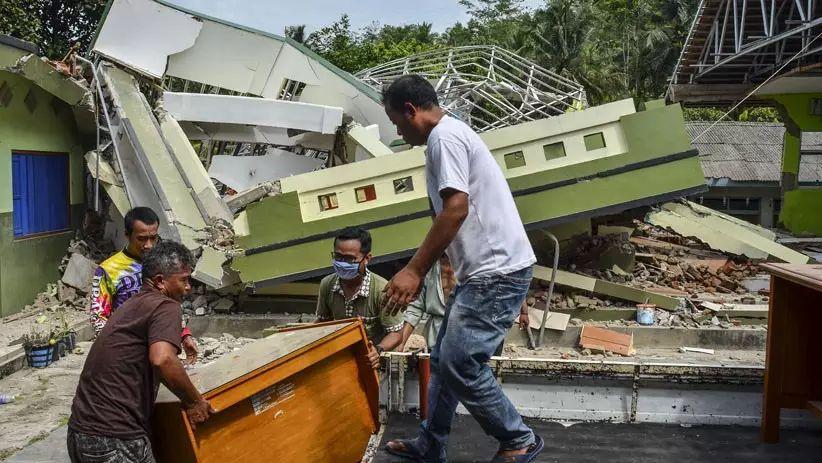 https: img.okezone.com content 2021 02 10 525 2359614 gedung-sd-ambruk-akibat-pergerakan-tanah-OFRlCvLefU.jpg